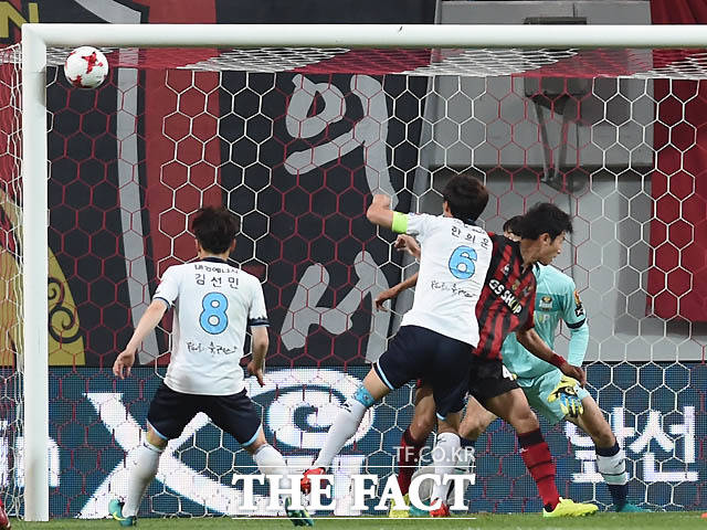 대구 한희훈이 서울 문전에서 슛을 날렸으나 골포스트에 맞고 있다.