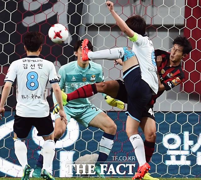 대구 한희훈이 서울 문전에서 슛을 날리고 있다.