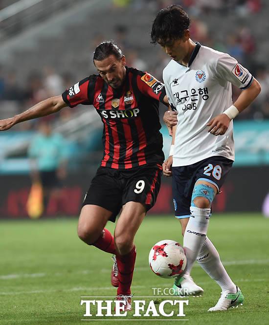 서울 데얀과 대구 김우석이 볼다툼을 벌이고 있다.