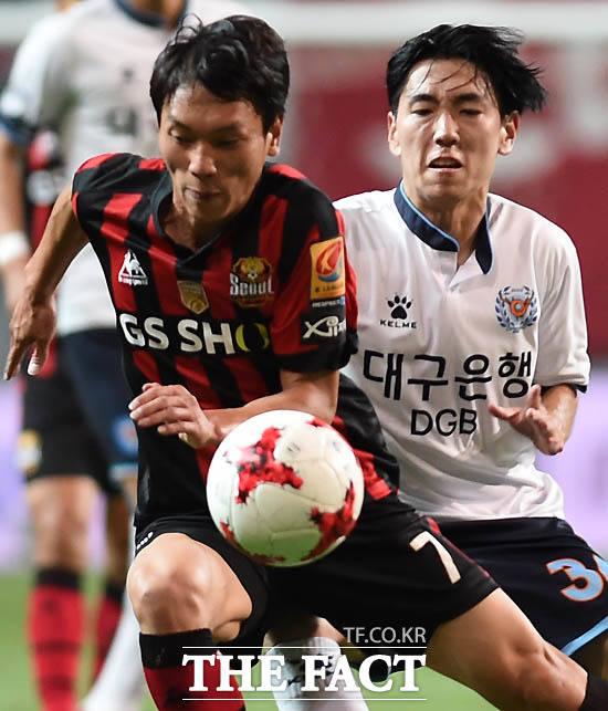 서울 김치우와 대구 홍승현이 거친 볼다툼을 벌이고 있다.