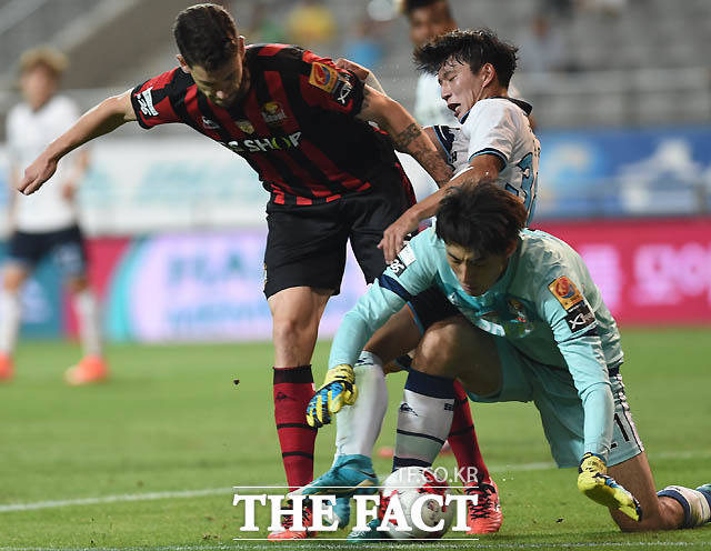 서울 골키퍼 양한빈과 오스마르가  문전에서 대구 정승원과 몸싸움을 벌이고 있다.