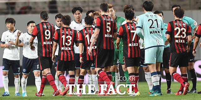 0-0 무승부를 기록한 서울과 대구 선수들이 경기 종료 후 악수를 나누고 있다.