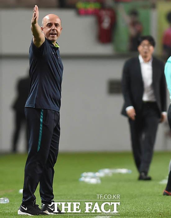 대구 안드레 감독이 경기 중 선수들에게 작전을 지시하고 있다.