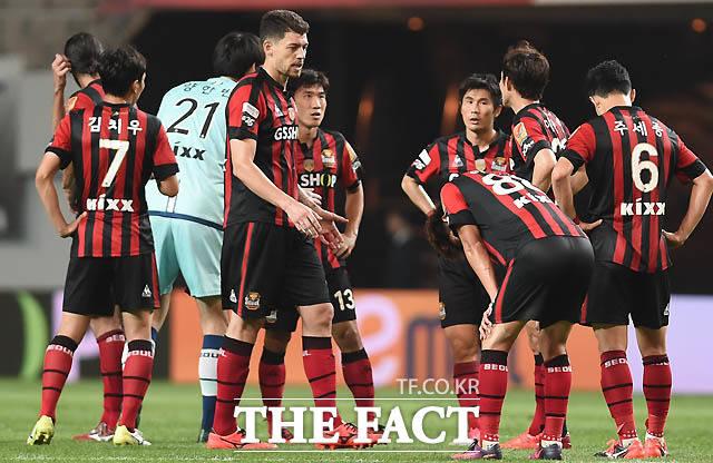 0-0 무승부를 기록한 서울 선수들이 경기 종료 후 아쉬워하고 있다.