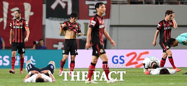 0-0 무승부를 기록한 서울과 대구 선수들이 경기 종료 후 아쉬워하고 있다.