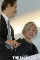 [TF포토] 환한 미소 지으며 국정자문위 나서는 강경화 외교부장관