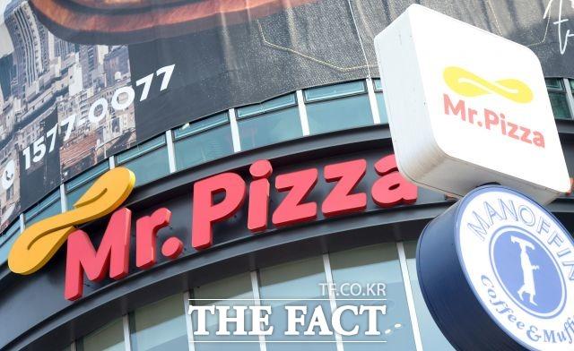 정 전 회장은 동생 회사를 이용해 이른바 치즈 통행세를 통해 돈을 횡령하기도 했다. 정 전 회장은 유통과정에서 동생 회사를 중간에 넣어 7만 원대 치즈를 9만 원대에 가맹점주에게 팔아먹는 부당한 방법으로 수십 억 원을 챙겼다. /더팩트DB