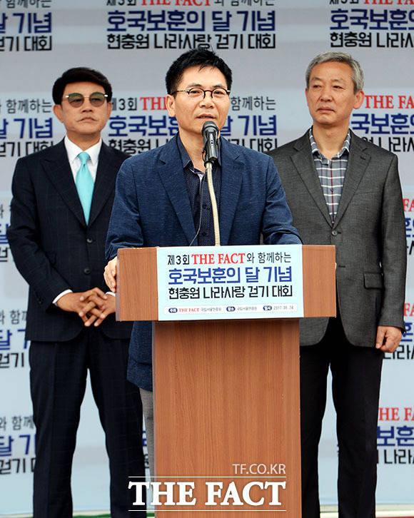 강일홍 <더팩트> 국장이 나라사랑 걷기 대회 시작 전 인사말을 하고 있다. /이효균·배정한·임세준 기자