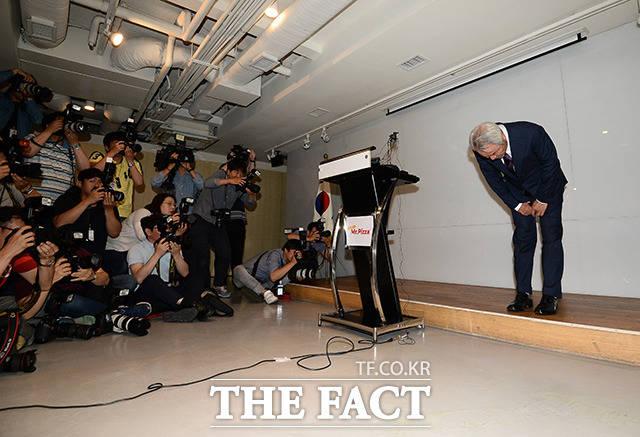 정우현 미스터피자 회장이 26일 오후 서울 서초구 방배동 MP그룹 본사에서 대국민사과를 하고 있다. 정 회장은 사과문 발표와 함께 최근 검찰 수사에 대한 책임을 통감하며 MP그룹 회장직에서 물러나겠다고 밝혔다. /임세준 기자