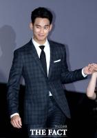 [TF포토] 김수현, '설리도 설레게 만드는 매너'