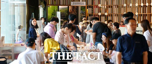 청와대 앞길이 24시간 전면 개방된 가운데 29일 오전 서울 효자동 삼거리에 있는 사랑채에는 관광객과 시민들로 붐비고 있다.