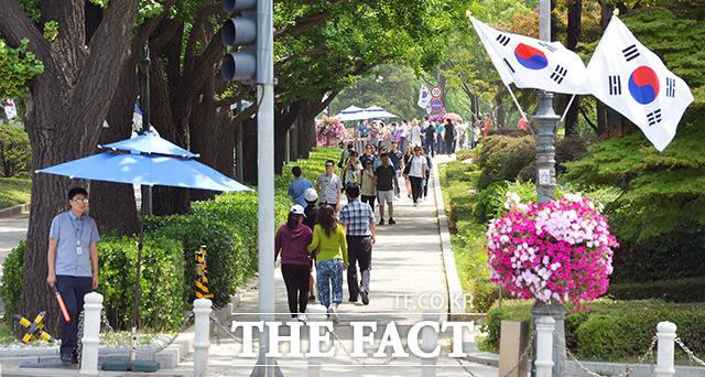 청와대 앞길이 24시간 전면 개방된 가운데 29일 오전 서울 효자동 청와대 앞길을 찾은 관광객과 시민들이 산책을 즐기고 있다.