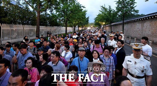 청와대 앞길이 24시간 전면 개방된 26일 저녁 서울 효자동 청와대에서 청와대 앞길 50년 만의 한밤 산책 행사가 열려 시민들이 참석하고 있다. /이덕인 기자
