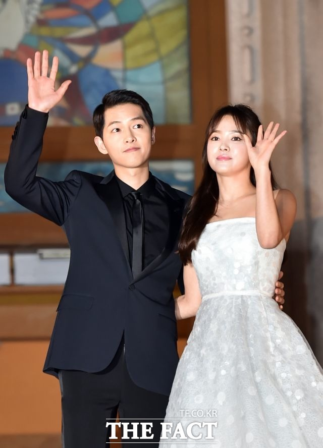 태양의후예 커플 송중기(왼쪽) 송혜교가 10월 마지막 날 결혼한다. 두 사람은 두 번의 열애설을 극구 부인했지만 결국 결혼까지 약속한 사이로 밝혀졌다. /더팩트DB