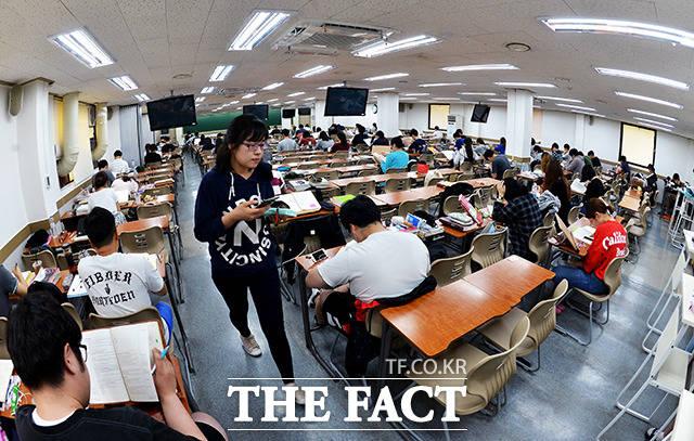지난 20일 서울 노량진의 공무원 준비 학원. 취준생 3명 중 1명이 공시생인 만큼 합격 경쟁률이 치열하다.
