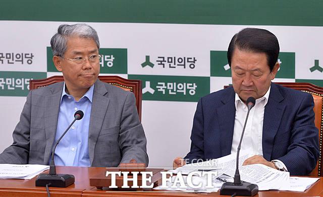 김 원내대표도 신문 보도에 관심을 보이고
