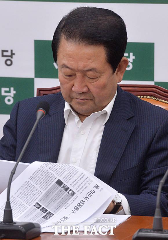 이준서 영장청구 신문 보도를 살피는 박 비대위원장