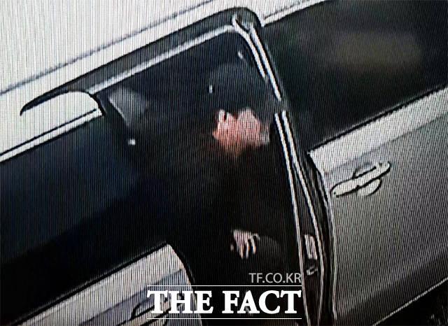 안철수 전 대표가 10일 오전 강원도 속초의 한 음식점을 찾아 차에서 내리고 있다.