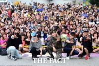 [TF사진관] 전역한 은혁, '멤버의 우정과 팬들의 사랑은 여전해!'