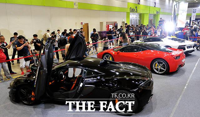 자동차 튜닝·애프터마켓 전문 전시회 '2017 서울오토살롱'이 13일 오전 서울 강남구 코엑스에서 개막한 가운데 참가자들이 전시 관람을 하고 있다. /이덕인 기자