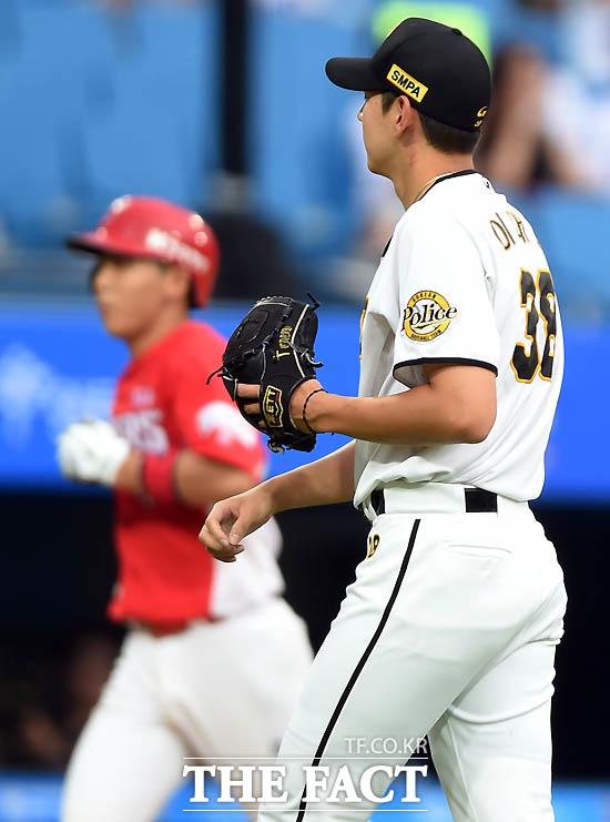 북부 올스타 선발 이대은이 2회초 무사 1루서 남부 올스타 이정훈에게 동점 투런 홈런을 허용한 뒤 아쉬워하고 있다.