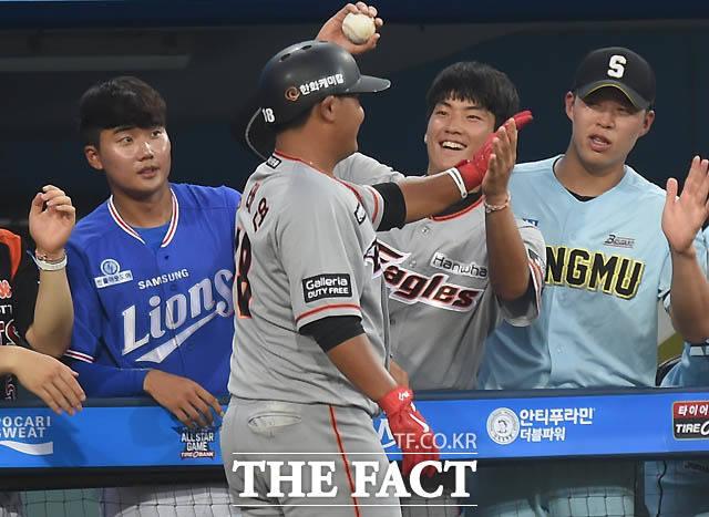 남부 김태연이 3회초 북부 방건우를 상대로 역전 솔로 홈런을 치고 동료들과 기뻐하고 있다.