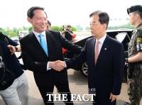 [TF포토] 한민구 전 장관 배웅하는 송영무 신임 국방부 장관