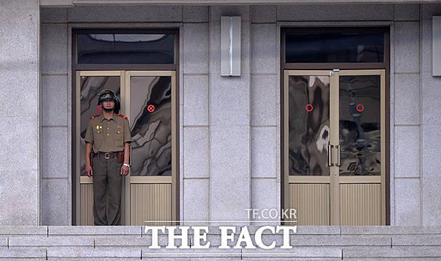판문각에서 남측 자유의 집을 바라보는 북한군