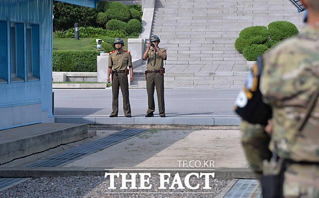 북한군들이 송영무 장관 일행을 촬영하고 있다.
