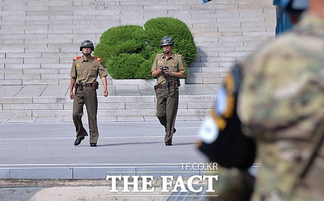 카메라를 들고 판문각을 나와 남쪽으로 이동하는 북한군