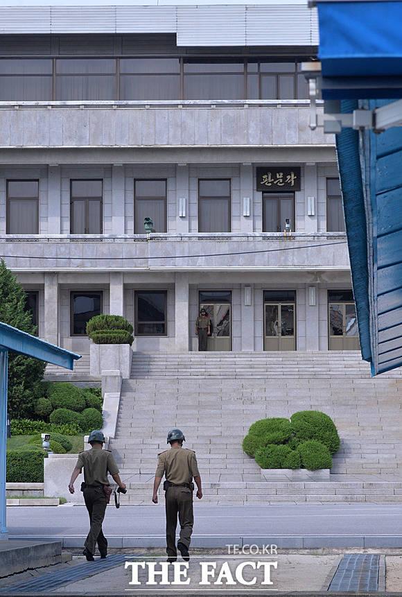 촬영을 마친 북한군들이 판문각으로 돌아가고 있다.