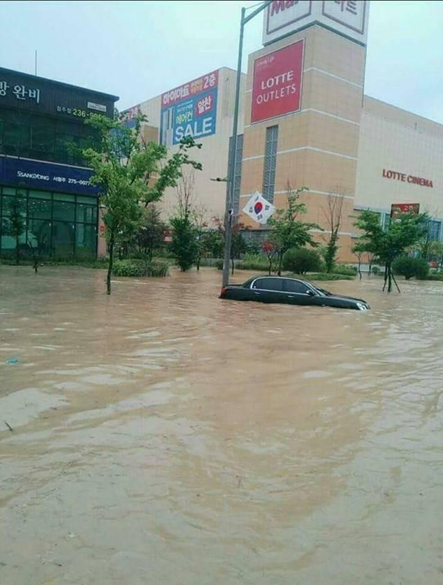 청주 물폭탄 홍수, 최악은 면했다 16일 청주에 시간당 90mm의 폭우가 쏟아지면서 침수, 산사태 피해가 발생했다. 주요 하천도 범람위기까지 몰렸지만 오후 들어 비가 소강상태를 보여 위기는 면했다. /페이스북 캡처