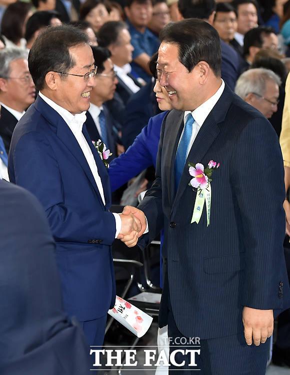악수하는 홍 대표와 박주선 국민의당 비상대책위원장