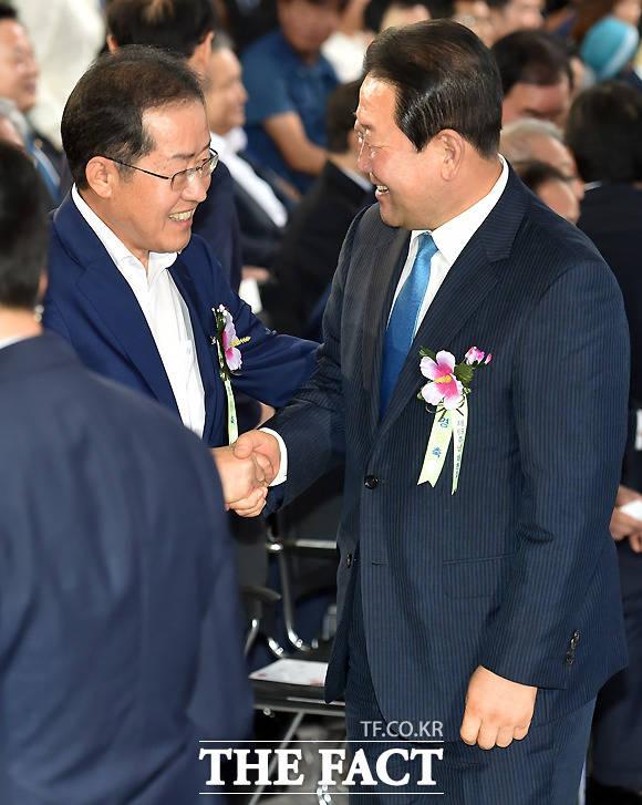 반갑게 인사하는 홍준표 자유한국당 대표와 박주선 국민의당 비상대책위원장