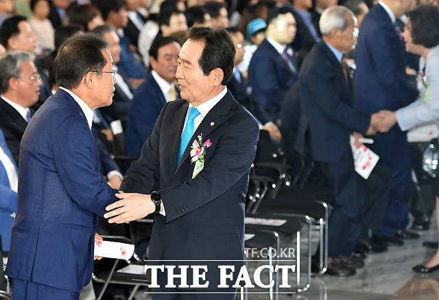 인사 나누는 홍준표 자유한국당 대표와 정세균 국회의장