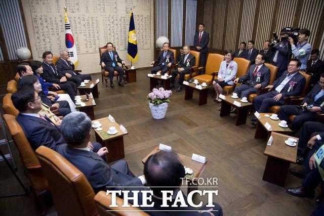 어색한 기류가 맴도는 박주선 국민의당 비상대책위원장과 추미애 더불어민주당 대표