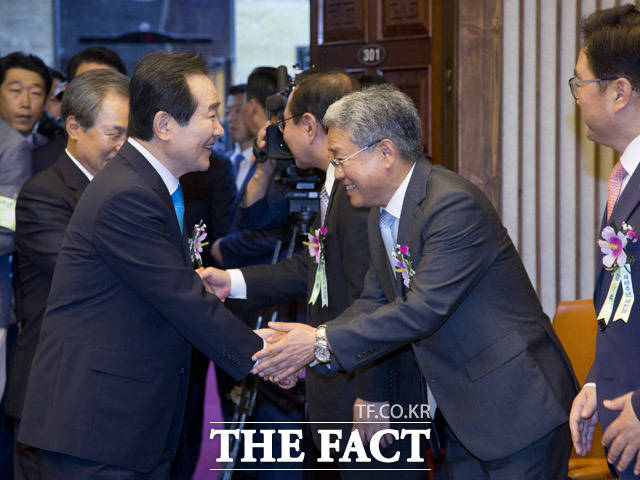 정세균 국회의장(왼쪽)과 김동철 국민의당 원내대표가 악수를 하고 있다.