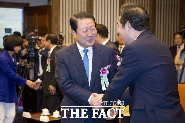 박주선 국민의당 비상대책위원장(왼쪽)이 이낙연 국무총리와 악수를 하고 있다.