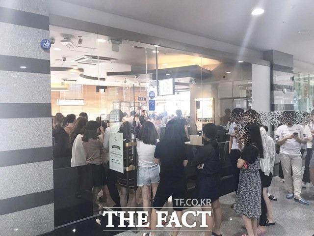 20일 서울 금천구 가산동의 한 스타벅스 매장 앞에 해피아워 이벤트를 기다리는 사람들이 긴 줄을 서고 있다. /백윤호 인턴기자