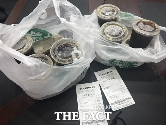 20일 스타벅스 해피아워 이벤트 행사에서 장장 1시간여 동안 줄을 선 끝에 시원한 아이스 아메리카노 6잔을 구매했다. /백윤호 인턴기자