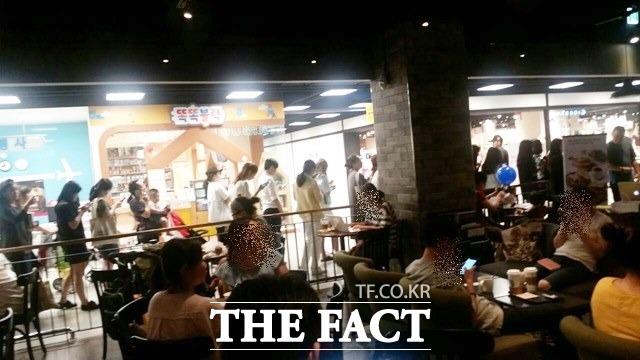 스타벅스 해피아워 행사가 진행 중인 21일 오후 3시 경기도 성남시이마트의 스타벅스 매장에 긴 줄이 섰다. /심재희 기자