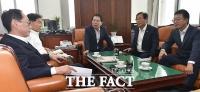 [TF포토] 막판 추경 논의, 자유한국당만 바라보는 '여야 간사들'