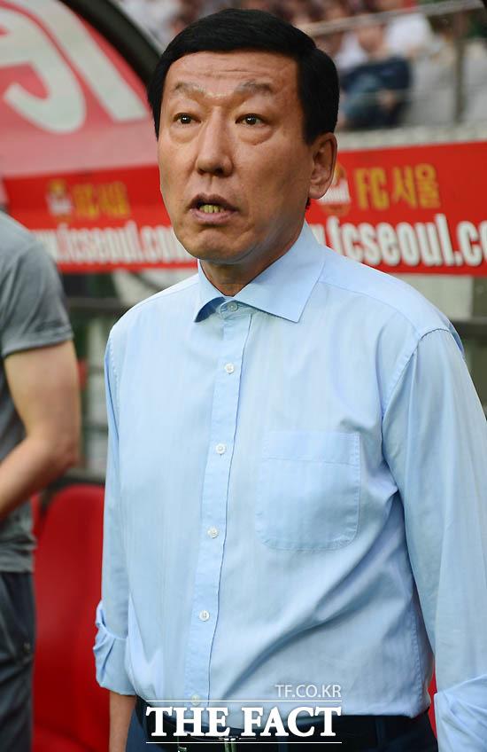 전북 최강희 감독이 경기 전 그라운드를 주시하고 있다.