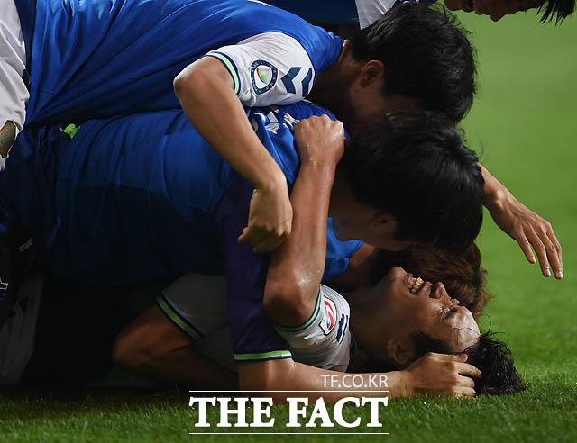 전북 이동국이 후반 팀 두번째골을 성공시킨 뒤 그라운드에 누워 동료들과 기뻐하고 있다.