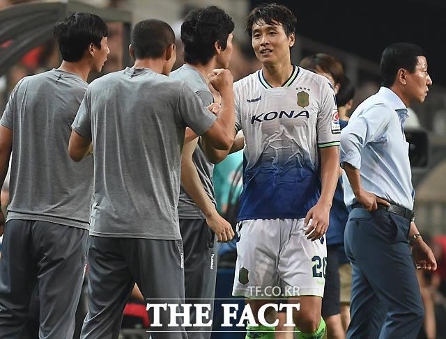 전북 이동국이 후반 팀 두번째골을 성공시킨 뒤 코칭스태프와 하이파이브를 나누고 있다.
