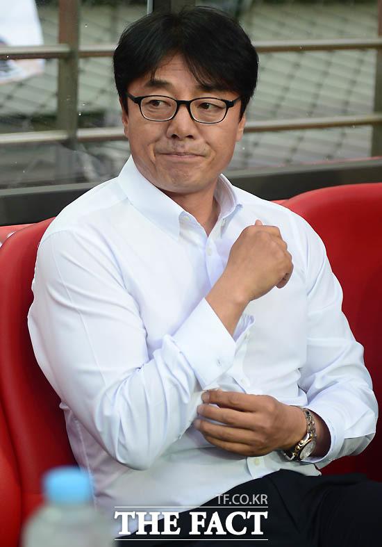 서울 황선홍 감독이 경기 전 그라운드를 바라보고 있다.