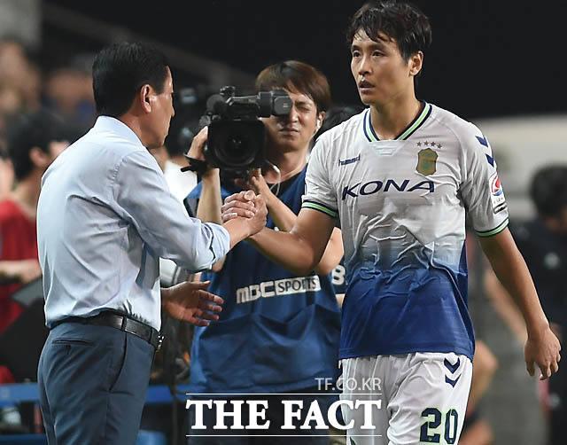 전북 이동국이 후반 팀 두번째골을 성공시킨 뒤 최강희 감독과 하이파이브를 나누고 있다.