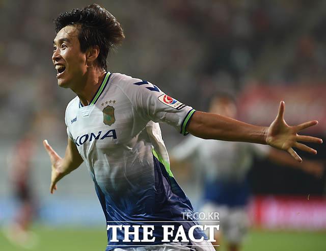 전북 이동국이 후반 팀 두번째골을 성공시킨 뒤 세리머니를 하고 있다.