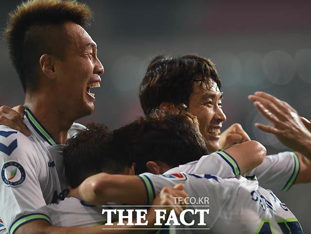 전북 이재성이 후반 선취골을 성공시킨 뒤 김신욱, 이동국이 기뻐하고 있다.