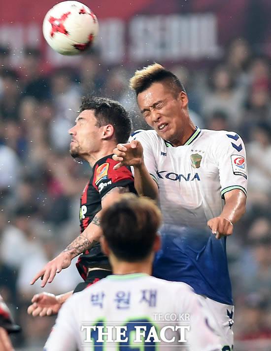 전북 김신욱과 서울 오스마르가 공중볼 다툼을 하고 있다.